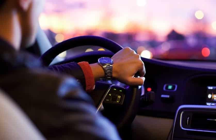 personne relaxée qui conduit une voiture